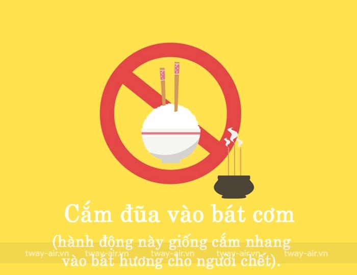 Không được cắm đũa lên bát cơm