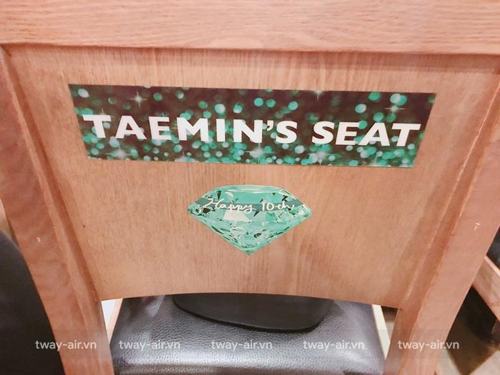 Chiếc ghé được Taemin ngồi trong nhà hàng