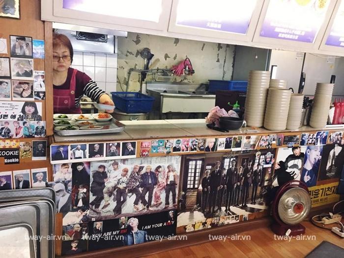 Hình ảnh của BTS được dán ở trong nhà hàng